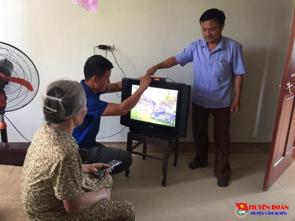 Tuổi trẻ Cẩm Xuyên tình nguyện lắp đặt Truyền hình số cho gia đình hộ nghèo, cận nghèo trên địa bàn huyện Cẩm Xuyên.